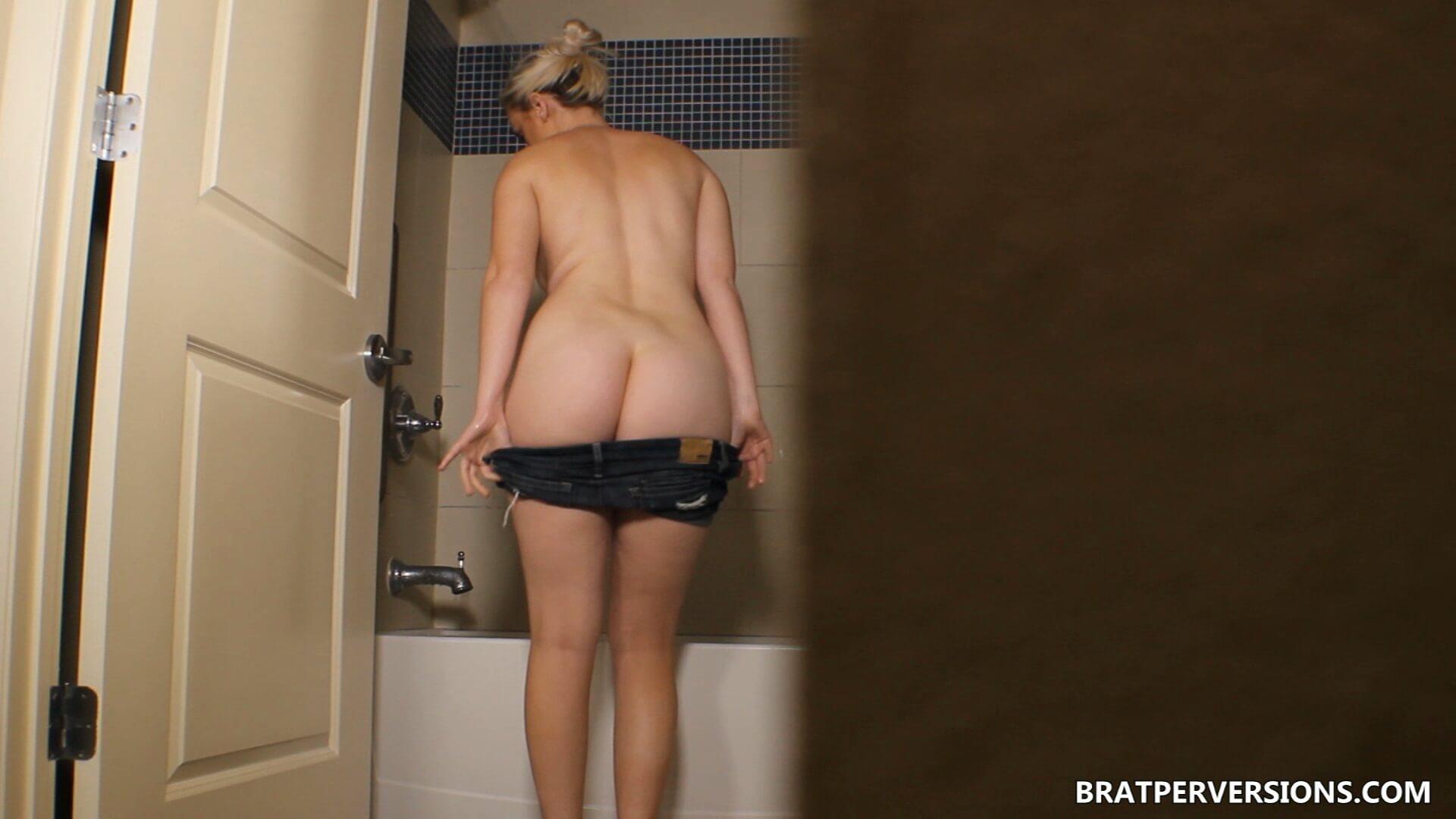 voyeur masturbates at the shower